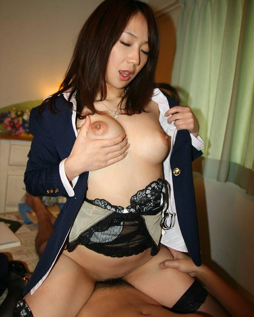 【着衣セックスエロ画像】オシャレな着衣を着せたままで女の子をハメるww 10