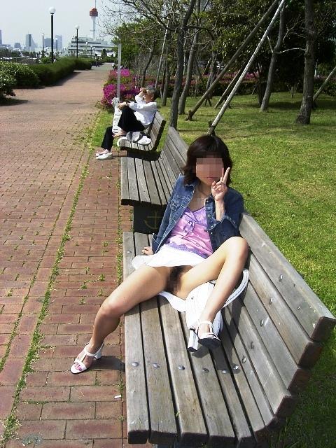 【ノーパンエロ画像】カメラに写ったまさかのシチュエーション!ノーパン!? 44