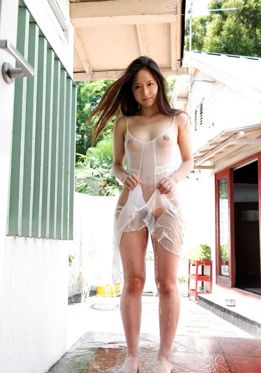 【濡れ透けエロ画像】水も滴るいい女!もとい、水に透けるいい身体!ww 27