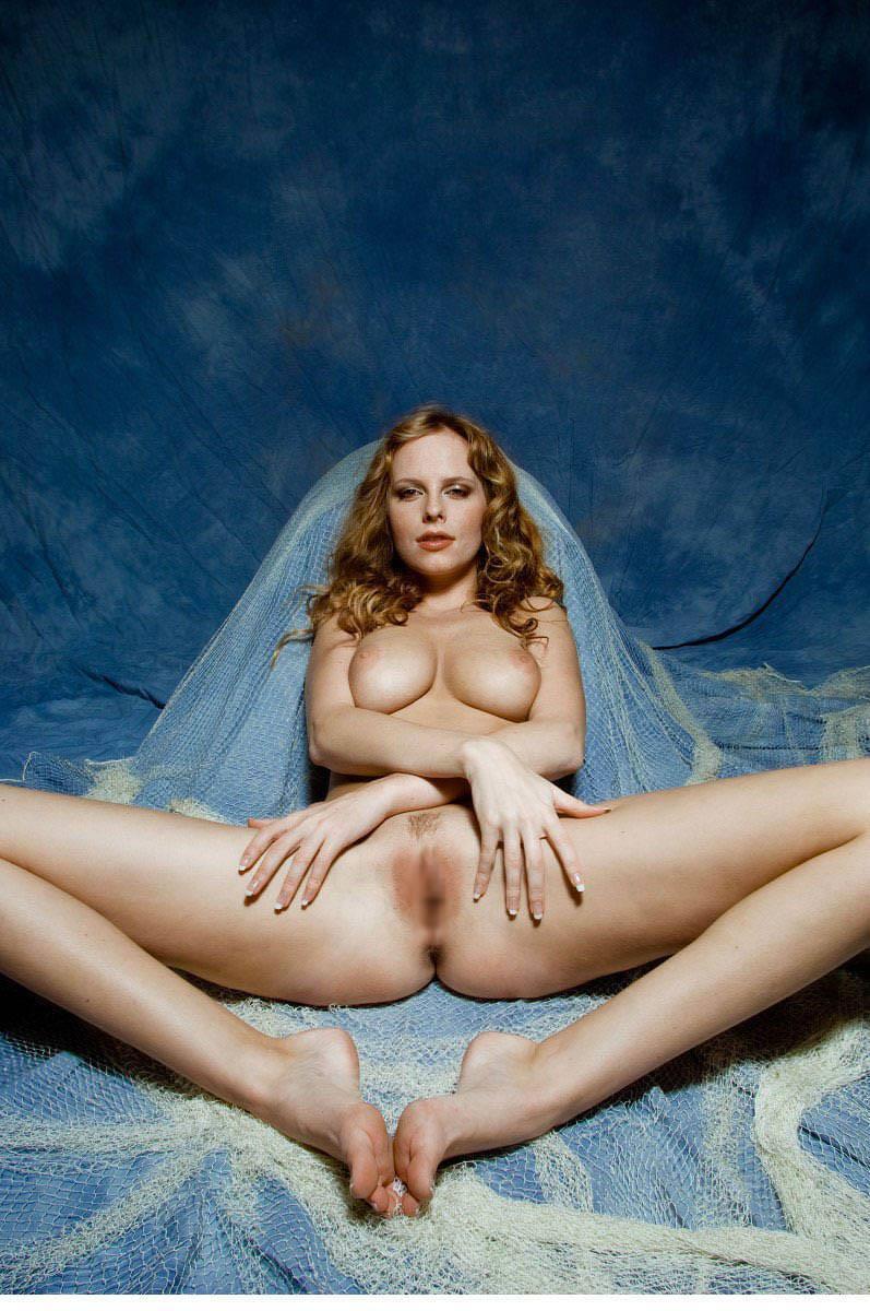 【海外股間見せつけエロ画像】スラリと伸びた海外美女の美脚がノーパンで開脚! 19