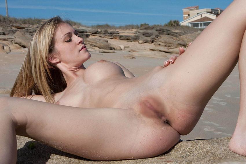 【海外股間見せつけエロ画像】スラリと伸びた海外美女の美脚がノーパンで開脚! 37