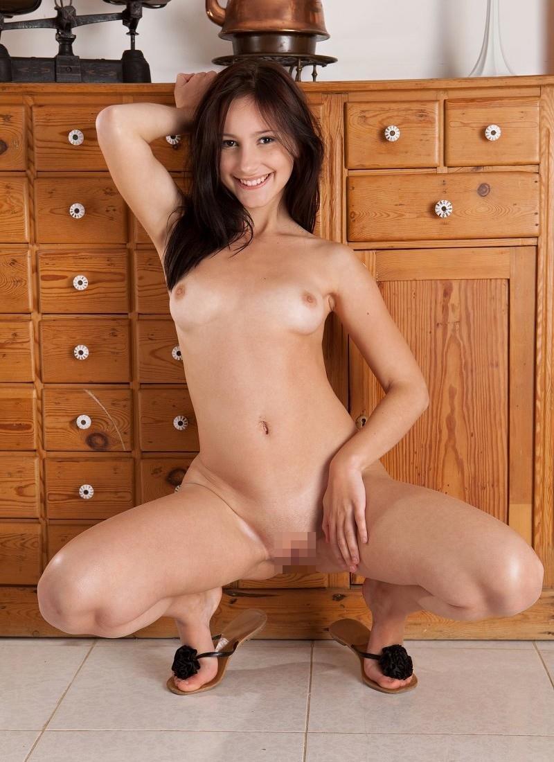 【海外股間見せつけエロ画像】スラリと伸びた海外美女の美脚がノーパンで開脚! 50