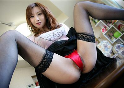 【M字開脚エロ画像】Mの字に開かれた両足!強調された股間に勃起不可避!