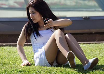 【海外パンチラエロ画像】思わず注視!海外美女たちの街撮りパンチラがエロすぎる!