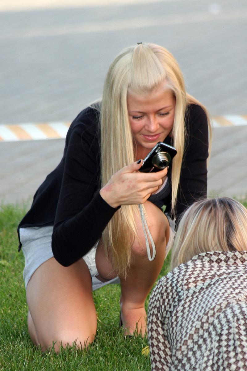 【海外パンチラエロ画像】思わず注視!海外美女たちの街撮りパンチラがエロすぎる! 02