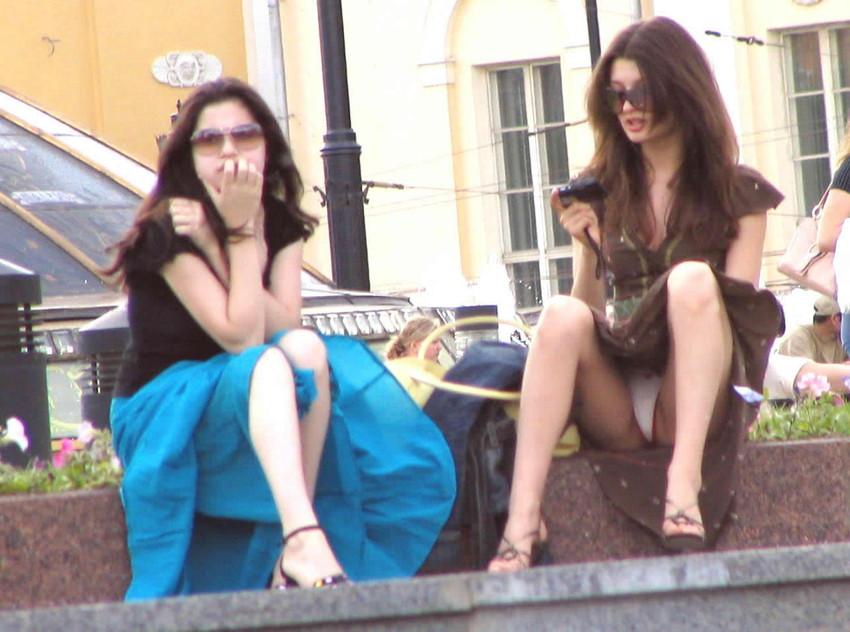 【海外パンチラエロ画像】思わず注視!海外美女たちの街撮りパンチラがエロすぎる! 09
