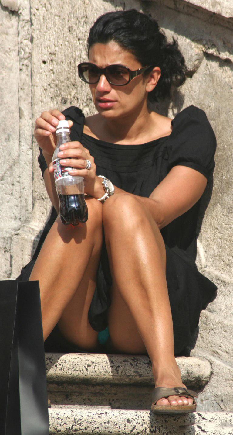 【海外パンチラエロ画像】思わず注視!海外美女たちの街撮りパンチラがエロすぎる! 10