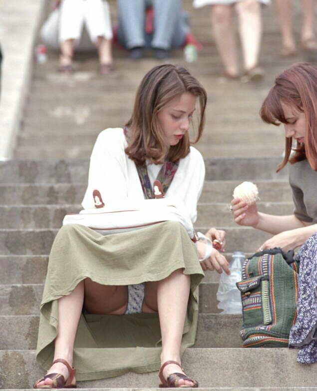 【海外パンチラエロ画像】思わず注視!海外美女たちの街撮りパンチラがエロすぎる! 12