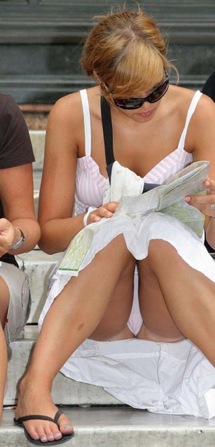【海外パンチラエロ画像】思わず注視!海外美女たちの街撮りパンチラがエロすぎる! 13