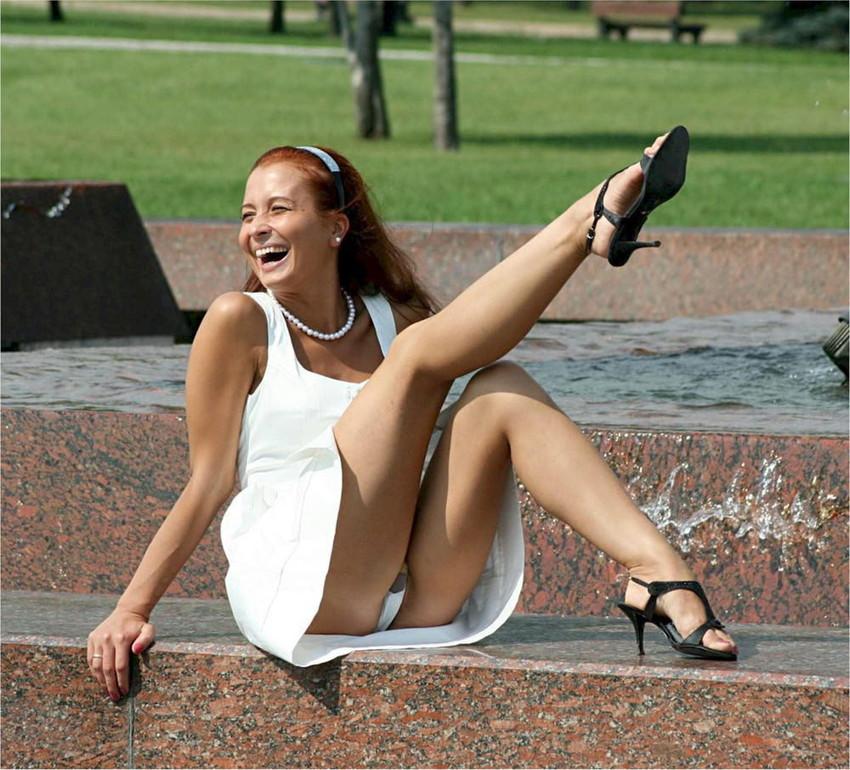 【海外パンチラエロ画像】思わず注視!海外美女たちの街撮りパンチラがエロすぎる! 16