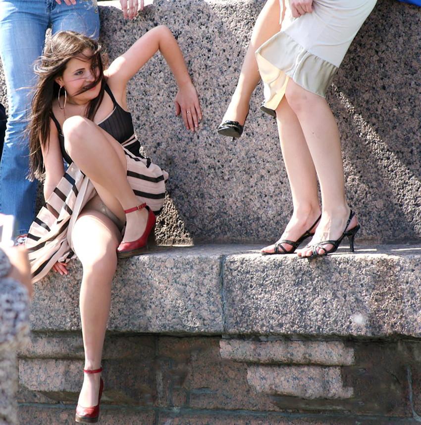 【海外パンチラエロ画像】思わず注視!海外美女たちの街撮りパンチラがエロすぎる! 17