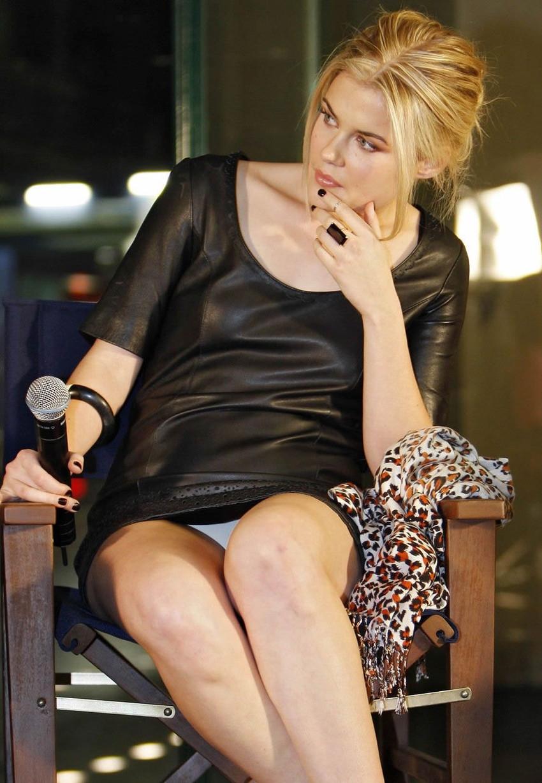 【海外パンチラエロ画像】思わず注視!海外美女たちの街撮りパンチラがエロすぎる! 18