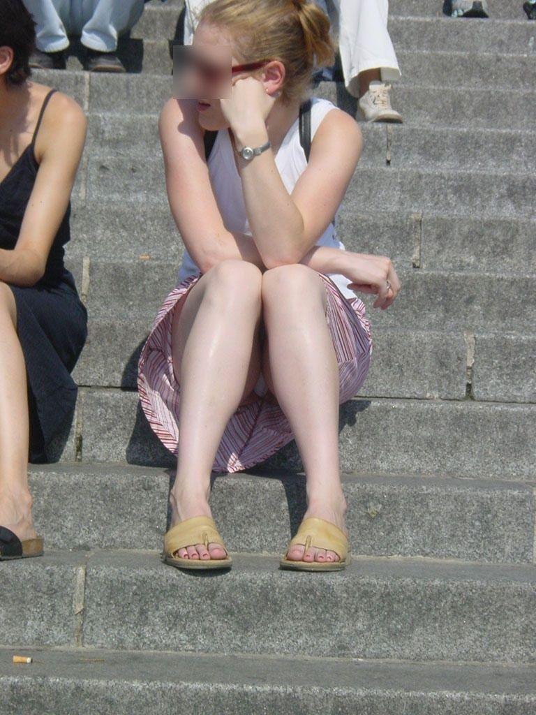 【海外パンチラエロ画像】思わず注視!海外美女たちの街撮りパンチラがエロすぎる! 19