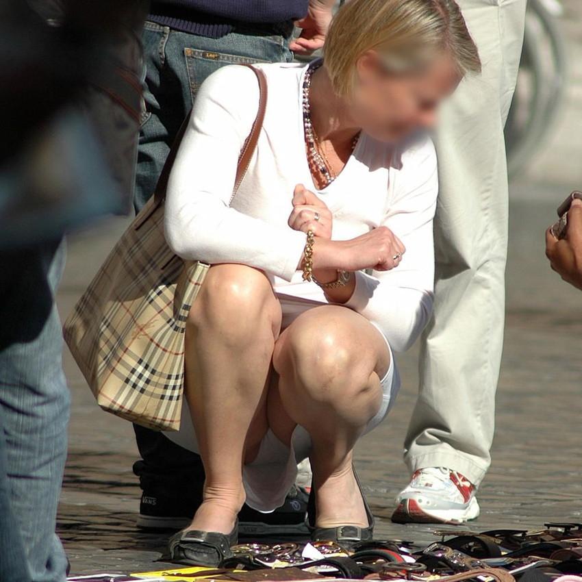 【海外パンチラエロ画像】思わず注視!海外美女たちの街撮りパンチラがエロすぎる! 20