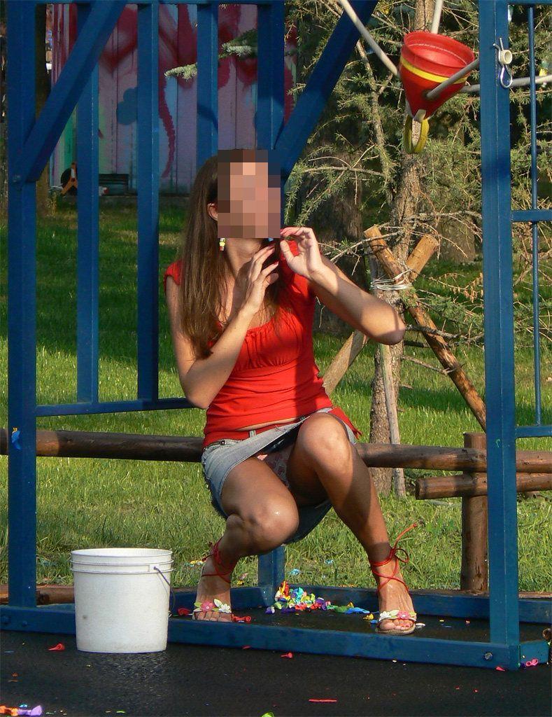 【海外パンチラエロ画像】思わず注視!海外美女たちの街撮りパンチラがエロすぎる! 23
