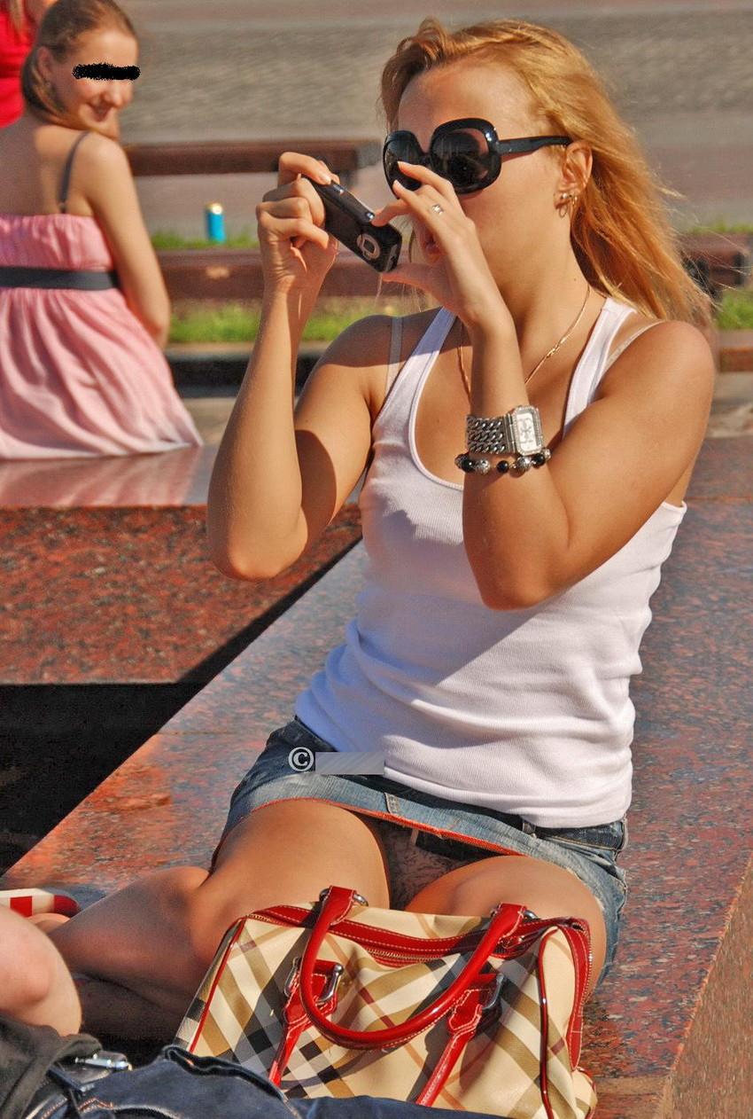 【海外パンチラエロ画像】思わず注視!海外美女たちの街撮りパンチラがエロすぎる! 26