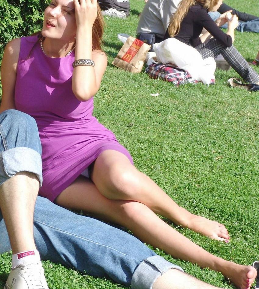 【海外パンチラエロ画像】思わず注視!海外美女たちの街撮りパンチラがエロすぎる! 27