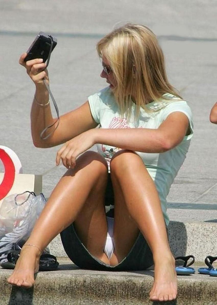 【海外パンチラエロ画像】思わず注視!海外美女たちの街撮りパンチラがエロすぎる! 30