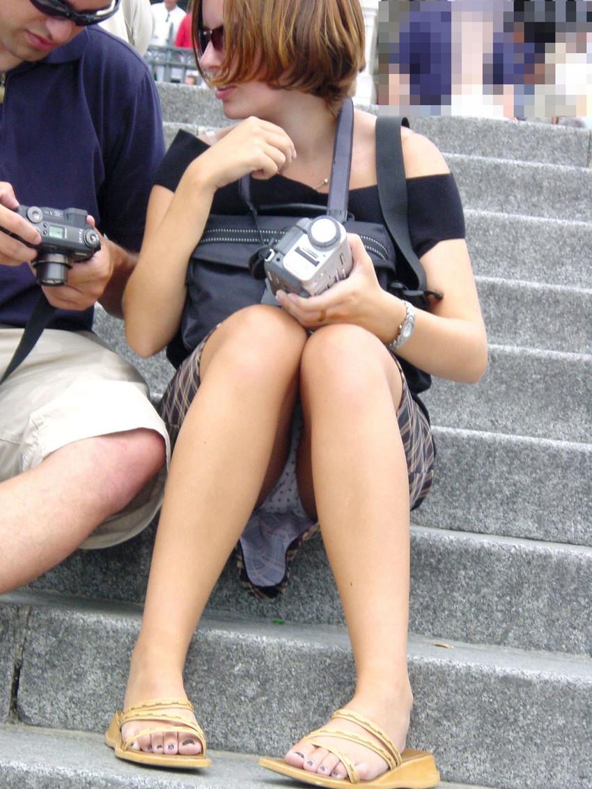 【海外パンチラエロ画像】思わず注視!海外美女たちの街撮りパンチラがエロすぎる! 31