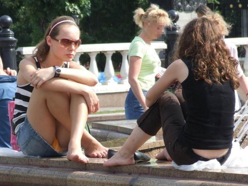 【海外パンチラエロ画像】思わず注視!海外美女たちの街撮りパンチラがエロすぎる! 33