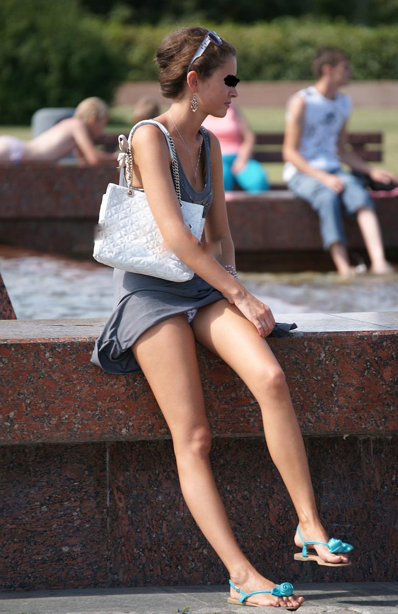【海外パンチラエロ画像】思わず注視!海外美女たちの街撮りパンチラがエロすぎる! 34
