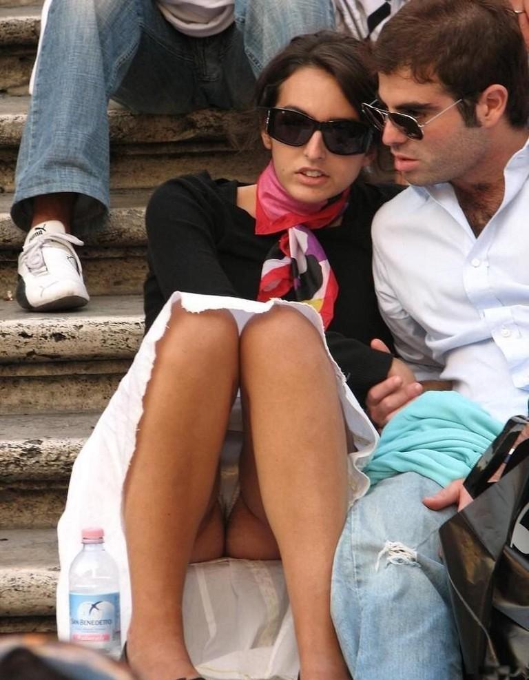 【海外パンチラエロ画像】思わず注視!海外美女たちの街撮りパンチラがエロすぎる! 35