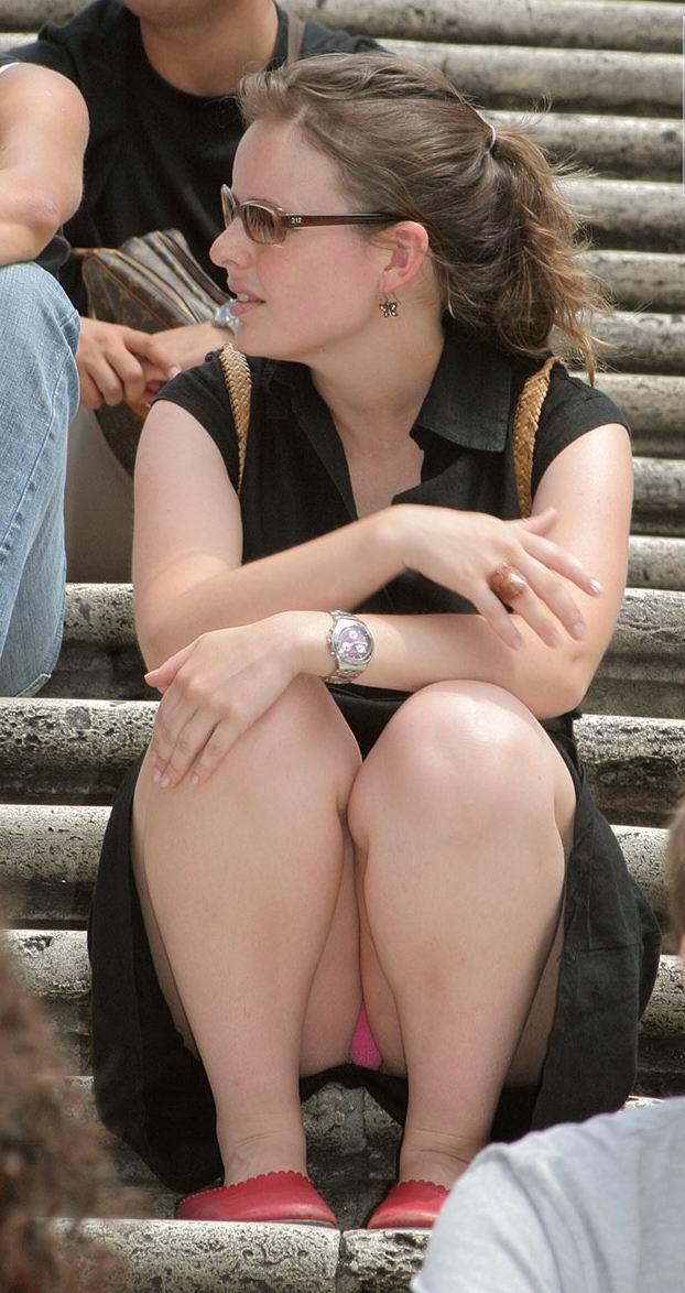 【海外パンチラエロ画像】思わず注視!海外美女たちの街撮りパンチラがエロすぎる! 36