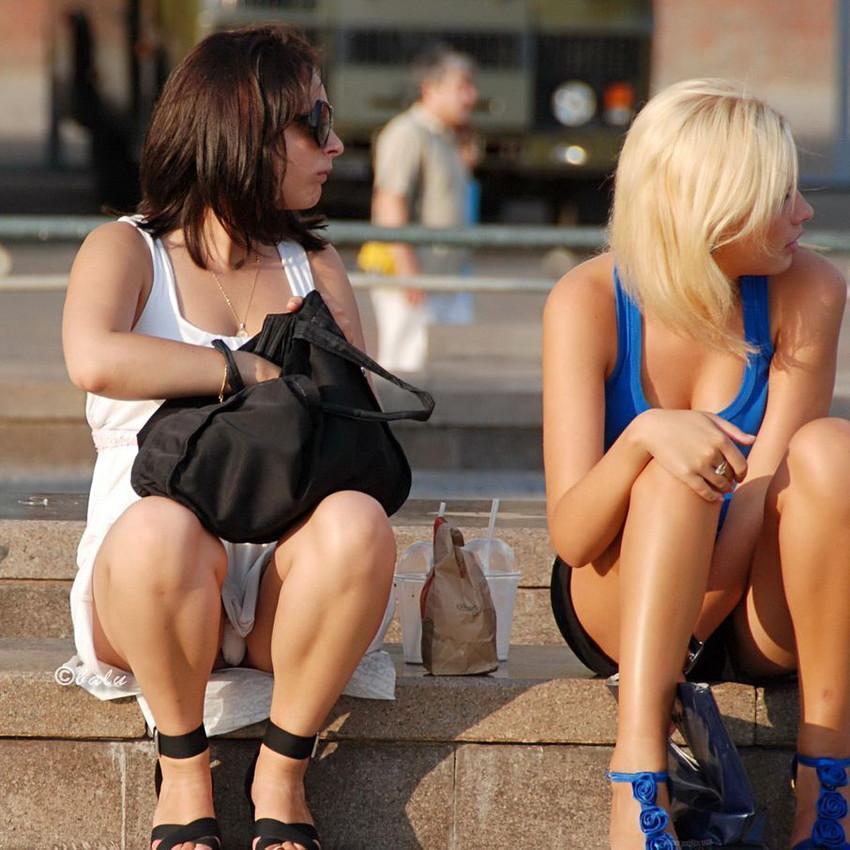 【海外パンチラエロ画像】思わず注視!海外美女たちの街撮りパンチラがエロすぎる! 40