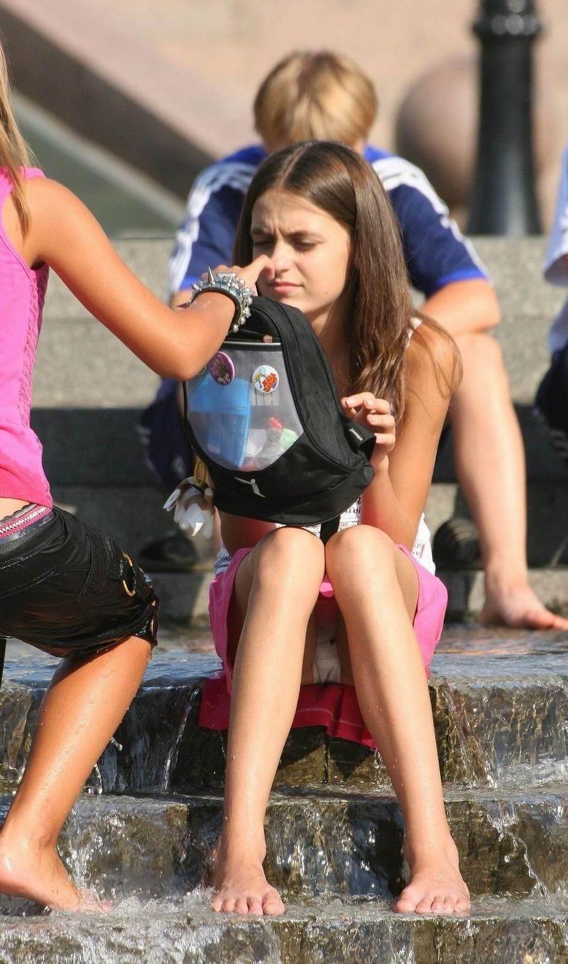 【海外パンチラエロ画像】思わず注視!海外美女たちの街撮りパンチラがエロすぎる! 42