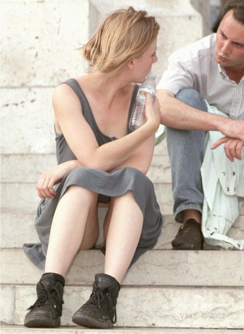 【海外パンチラエロ画像】思わず注視!海外美女たちの街撮りパンチラがエロすぎる! 44