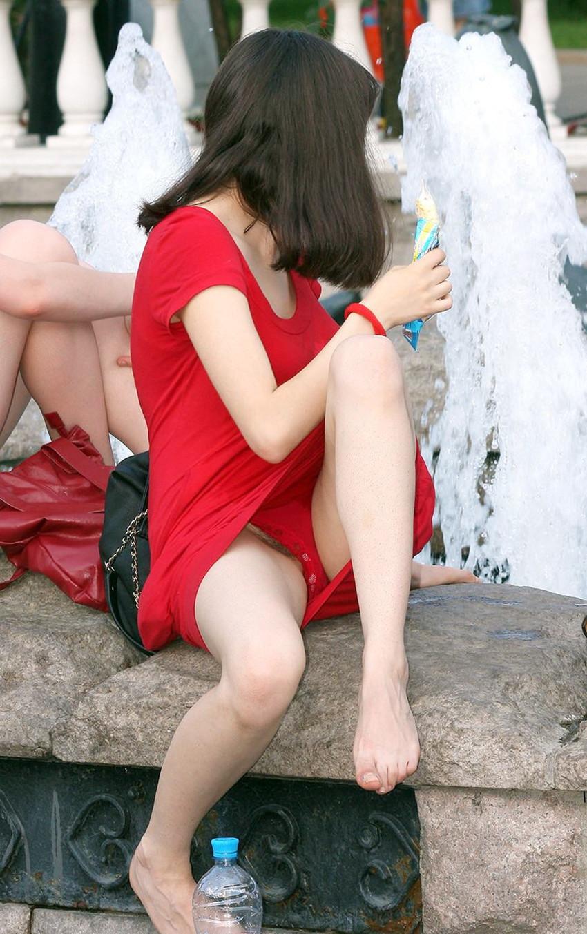 【海外パンチラエロ画像】思わず注視!海外美女たちの街撮りパンチラがエロすぎる! 45