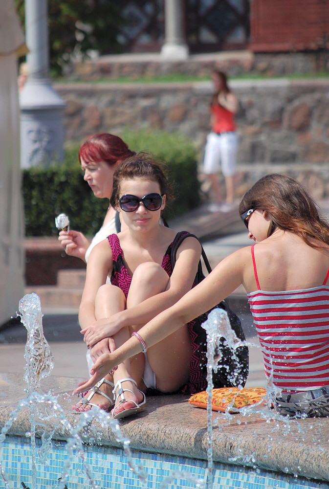 【海外パンチラエロ画像】思わず注視!海外美女たちの街撮りパンチラがエロすぎる! 48