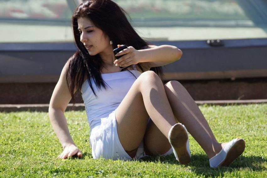 【海外パンチラエロ画像】思わず注視!海外美女たちの街撮りパンチラがエロすぎる! 49