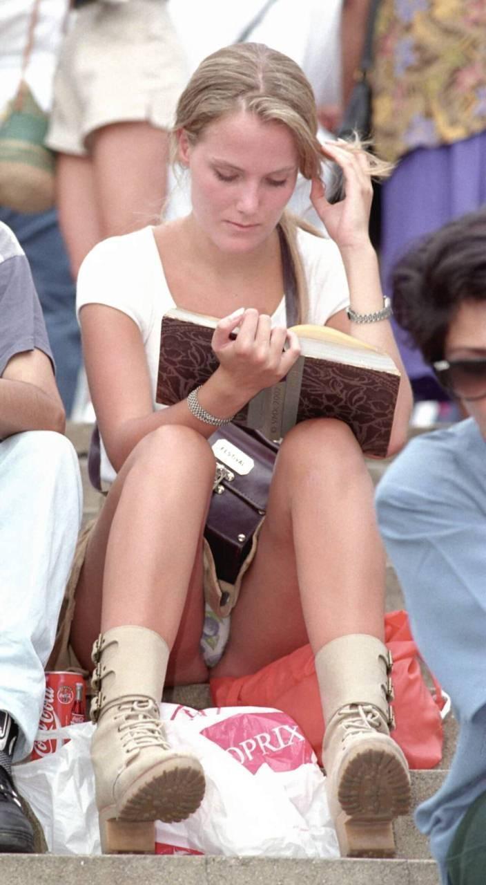 【海外パンチラエロ画像】思わず注視!海外美女たちの街撮りパンチラがエロすぎる! 50