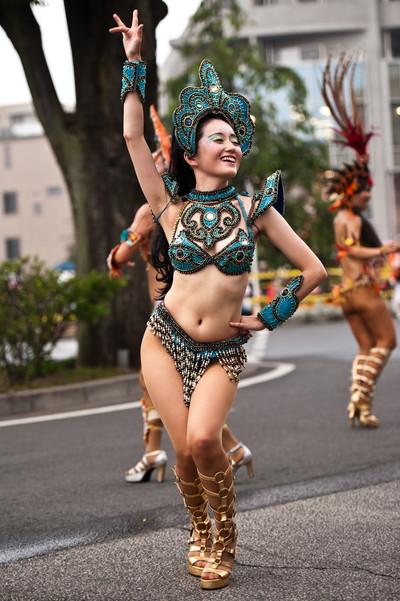 【サンバエロ画像】日本のサンバとリオのカーニヴァルを比較できるエロ画像 52