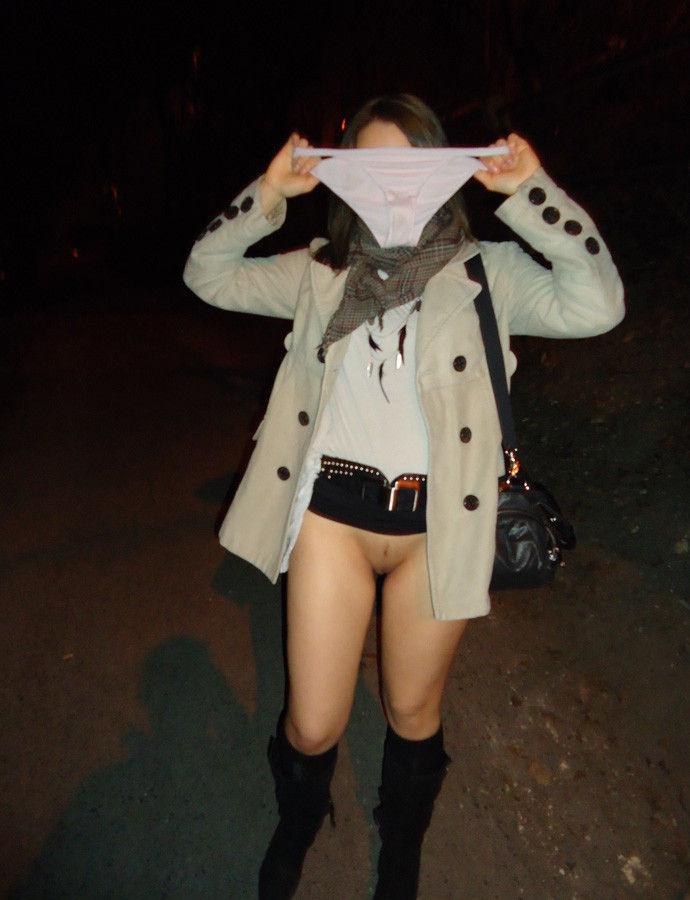 【夜間露出エロ画像】夜の闇に紛れて大胆露出をする素人娘たち! 17