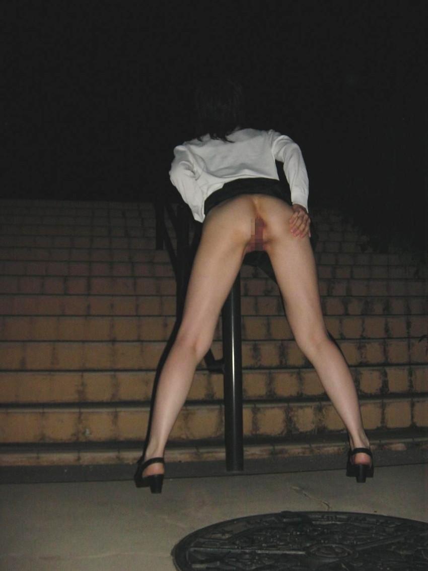 【夜間露出エロ画像】夜の闇に紛れて大胆露出をする素人娘たち! 44