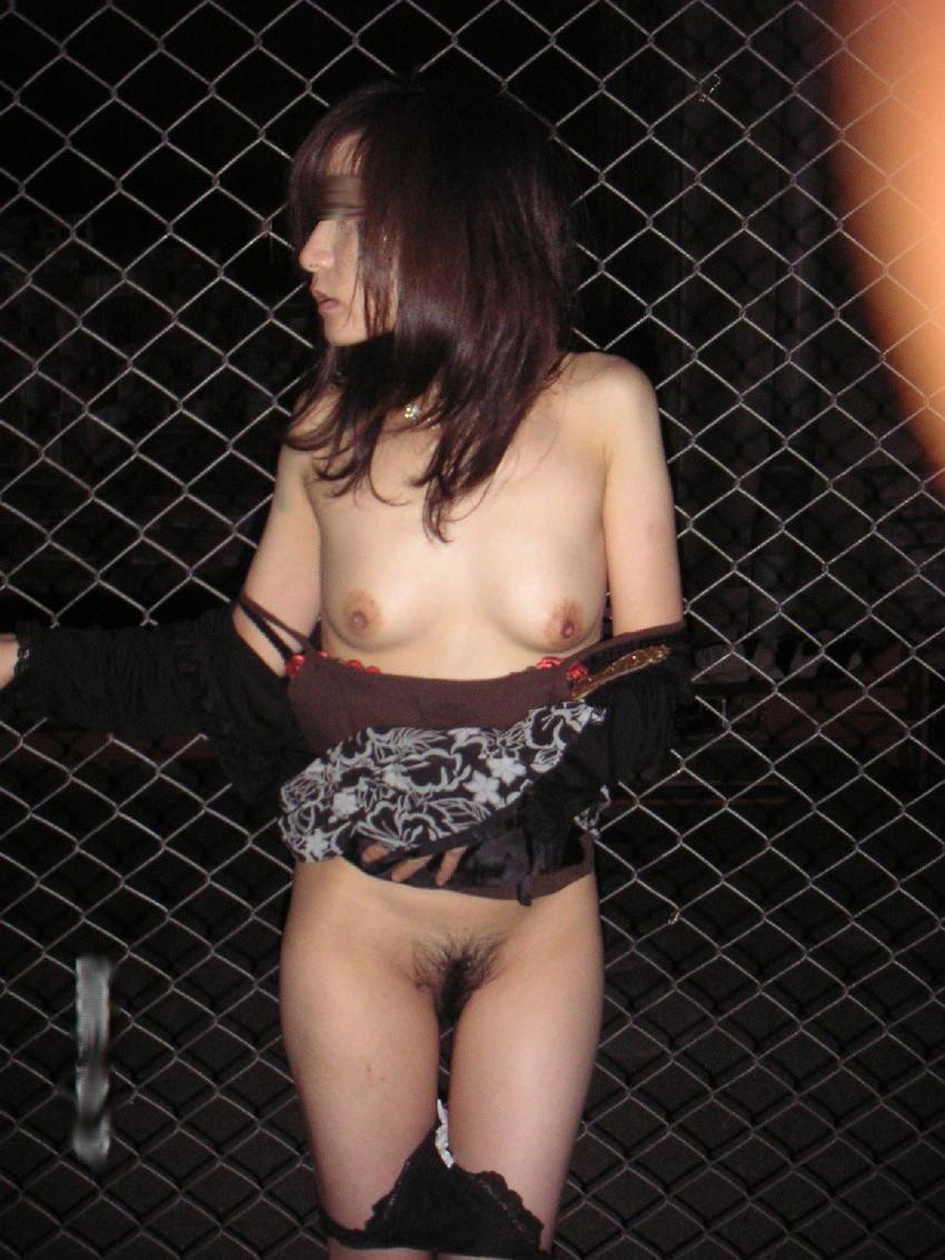 【夜間露出エロ画像】夜の闇に紛れて大胆露出をする素人娘たち! 58