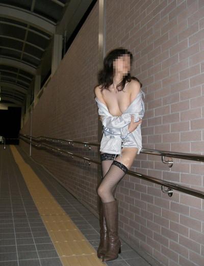 【夜間露出エロ画像】夜の闇に紛れて大胆露出をする素人娘たち! 48