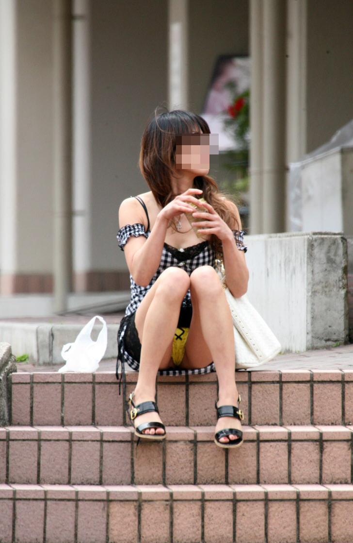 【街撮りパンチラエロ画像】街中での嬉しすぎるパンチラハプニングwww 13