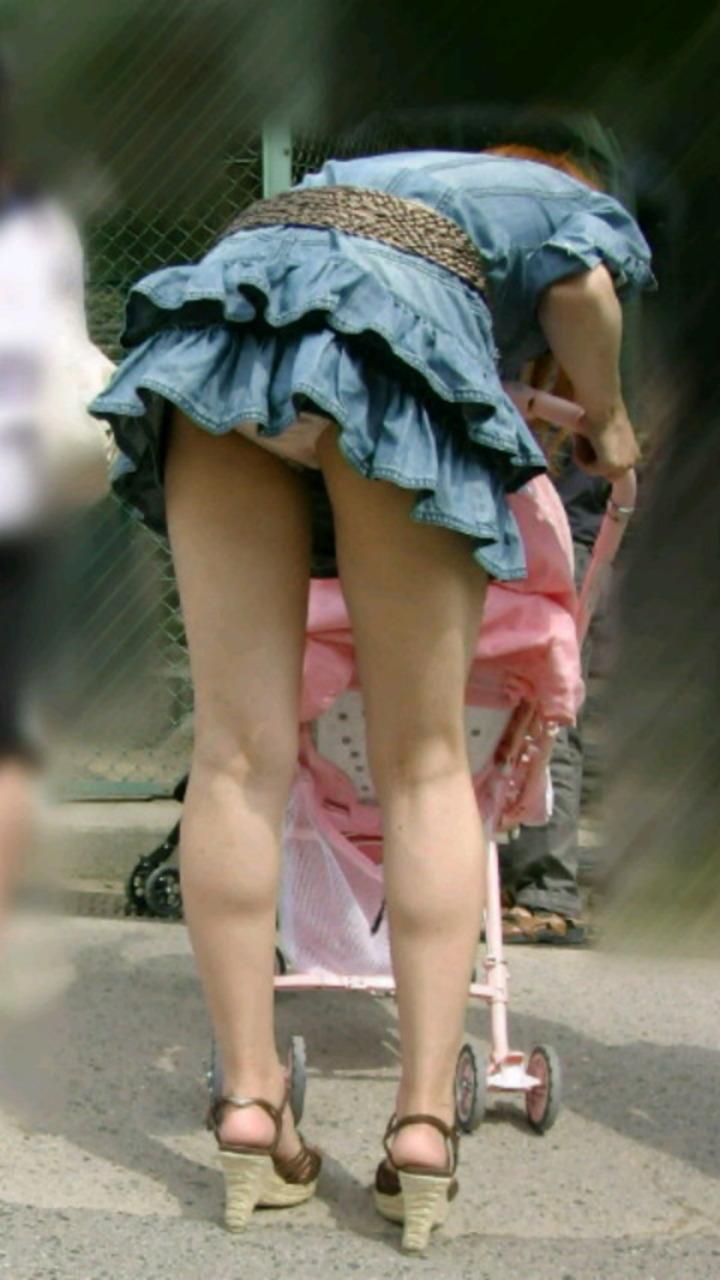 【街撮りパンチラエロ画像】街中での嬉しすぎるパンチラハプニングwww 23