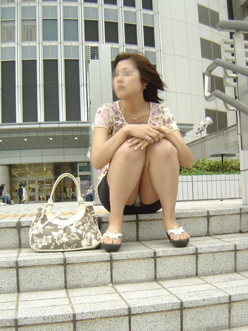 【街撮りパンチラエロ画像】街中での嬉しすぎるパンチラハプニングwww 46