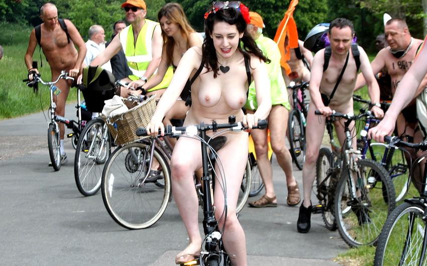【海外裸祭りエロ画像】レベルが高すぎる!海外の祭りやイベントで全裸を晒す女達! 02