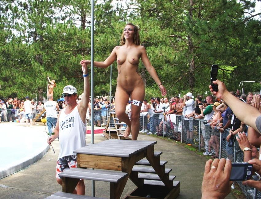 【海外裸祭りエロ画像】レベルが高すぎる!海外の祭りやイベントで全裸を晒す女達! 13