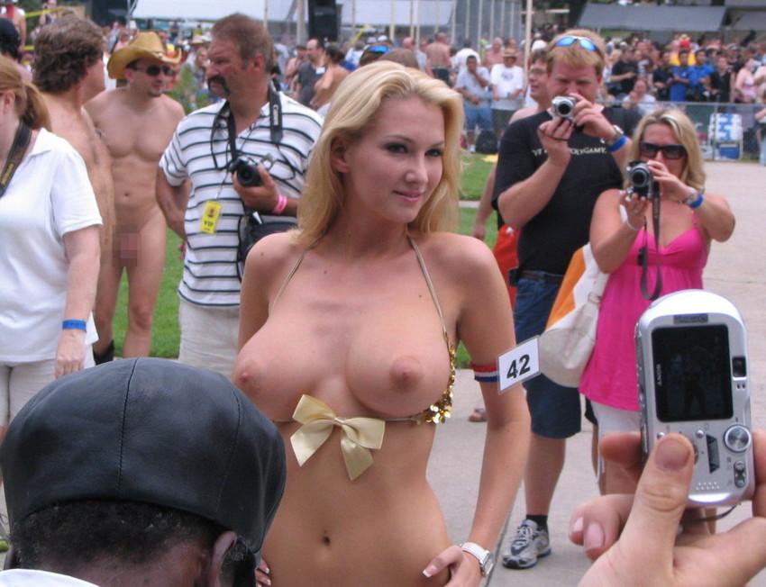 【海外裸祭りエロ画像】レベルが高すぎる!海外の祭りやイベントで全裸を晒す女達! 14