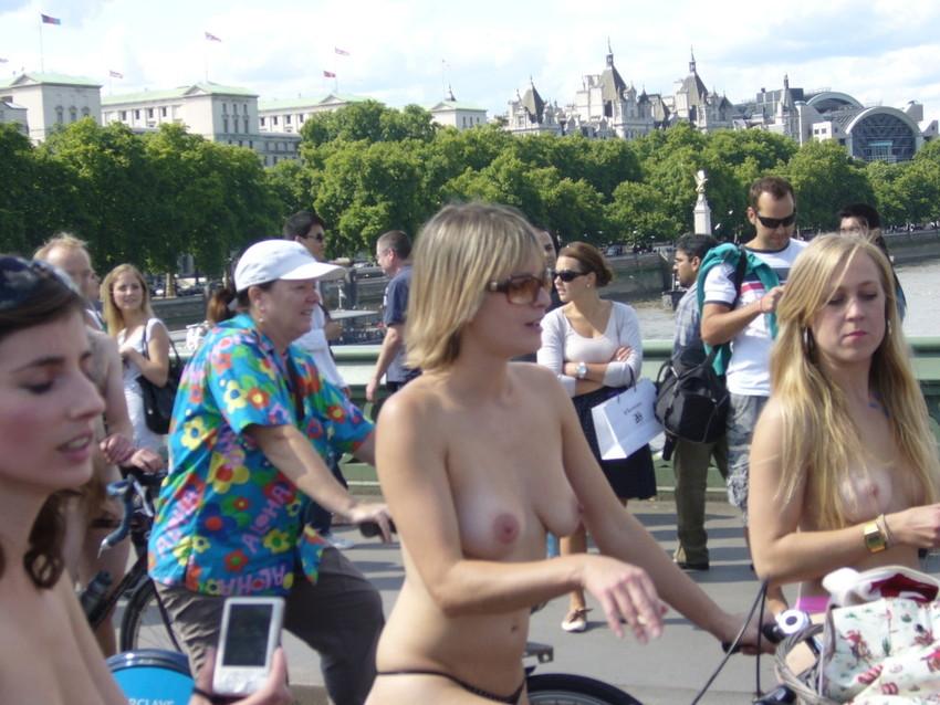 【海外裸祭りエロ画像】レベルが高すぎる!海外の祭りやイベントで全裸を晒す女達! 16