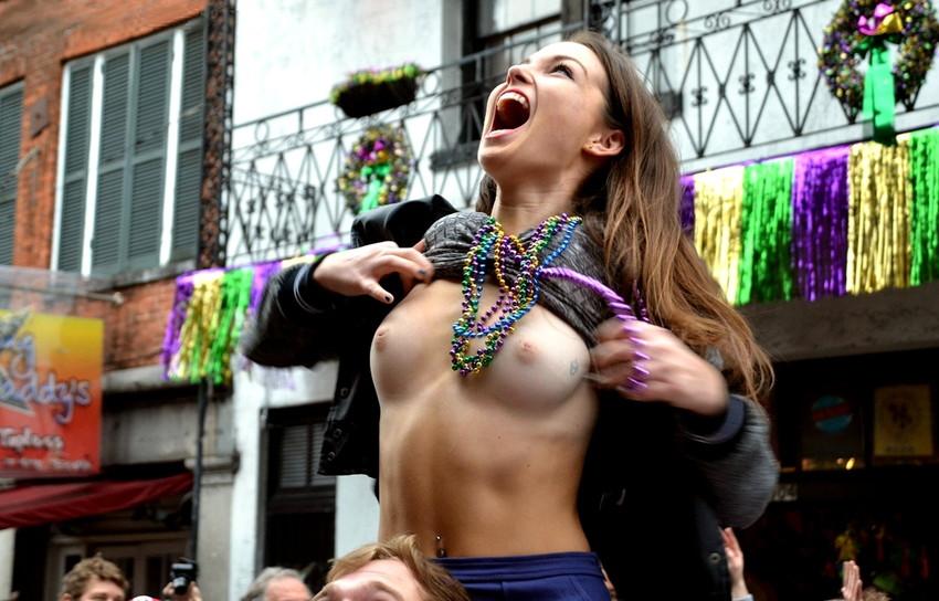 【海外裸祭りエロ画像】レベルが高すぎる!海外の祭りやイベントで全裸を晒す女達! 17