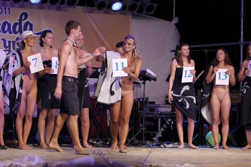 【海外裸祭りエロ画像】レベルが高すぎる!海外の祭りやイベントで全裸を晒す女達! 35