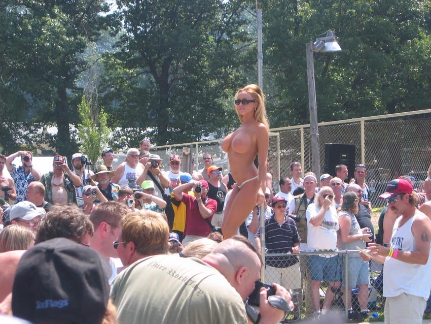 【海外裸祭りエロ画像】レベルが高すぎる!海外の祭りやイベントで全裸を晒す女達! 37