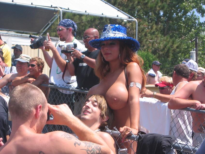 【海外裸祭りエロ画像】レベルが高すぎる!海外の祭りやイベントで全裸を晒す女達! 40